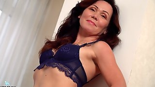 Ptica takes off her lingerie and reaches an orgasm using her fingers